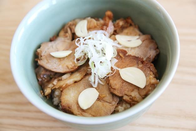 Чашу дон, нарезанная свинина с рисом японская кухня