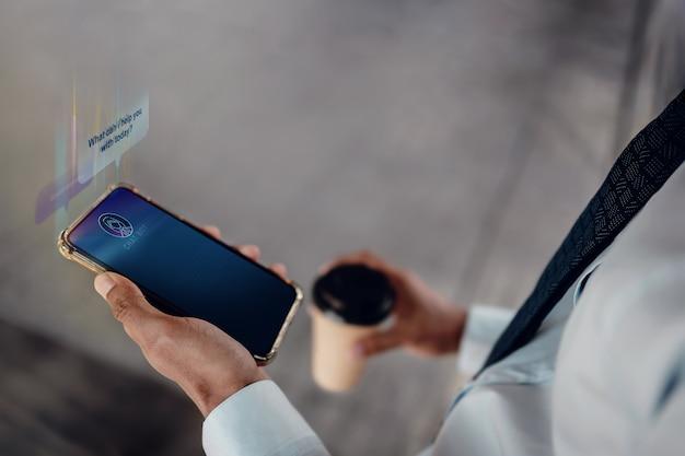 Концепция технологии чат-бота. молодой предприниматель с помощью мобильного телефона, чтобы поговорить