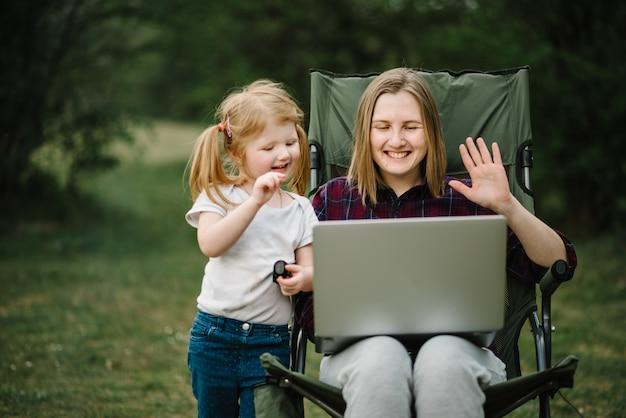 Чат онлайн с семьей на ноутбуке на пикник на природе