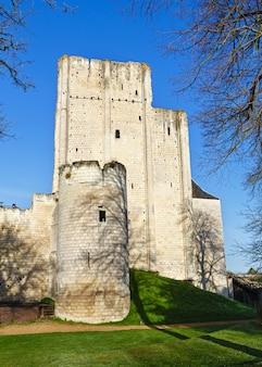Замок лош в долине луары во франции. построен в 9 веке.