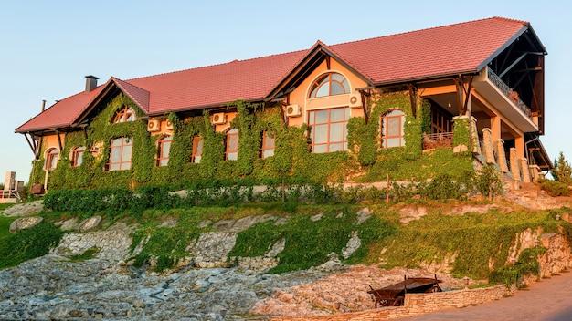 Панорама винодельни chateau vartely на закате с красным светом