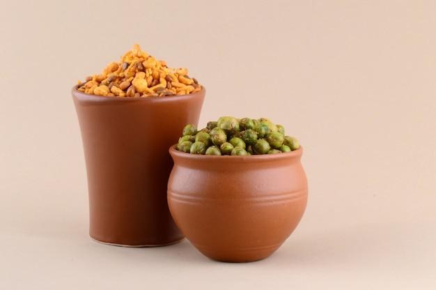 Индийская закуска: смесь со специями и жареный зеленый горошек {chatpata matar} в глиняных горшочках.