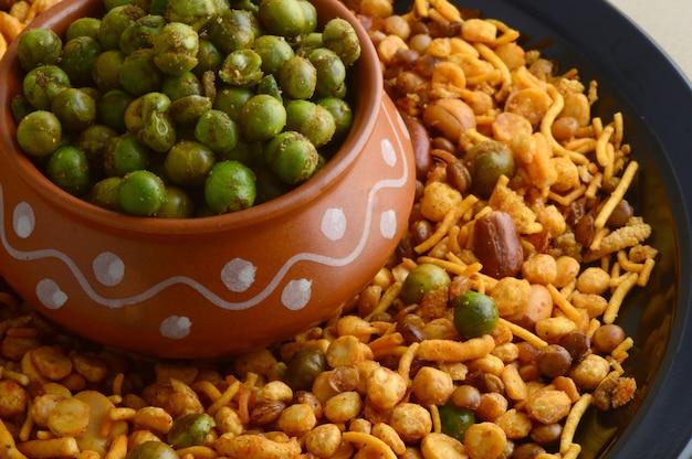 インドのスナック:混合物およびスパイスを塗った揚げたグリーンピース{chatpata matar}。