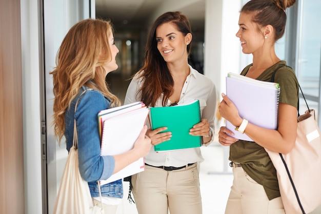 Chiacchierando con le ragazze prima della lezione