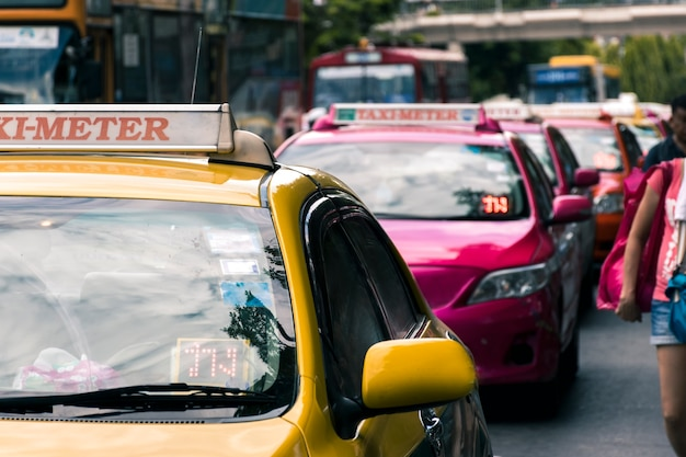 Chatuchak市場の前で乗客を待っているタクシー