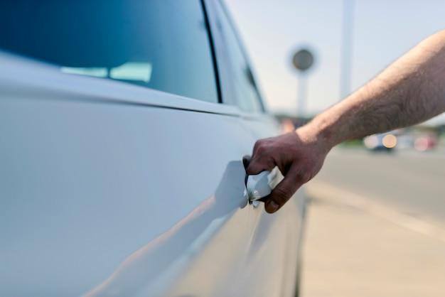 Открытая дверь автомобиля с шофером