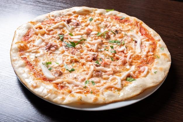 Дешевая пицца с курицей, кальмарами, зеленью. для любых целей.