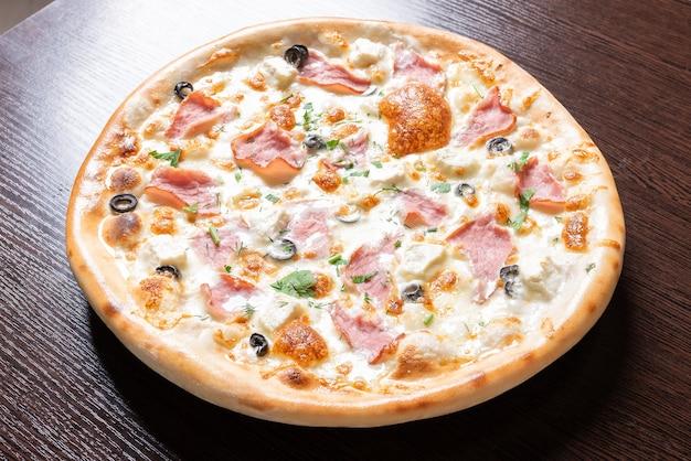 Дешевая пицца с творогом, ветчиной, оливками и зеленью. для любых целей.