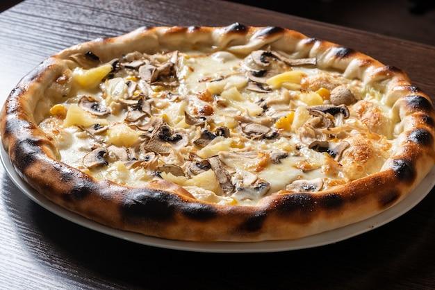 Дешевая пицца с грибами, ананасом и кукурузой. для любых целей.