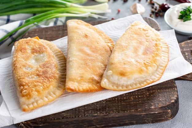Cheburek, 다진 고기로 채워진 누룩을 넣지 않은 패티. 전통적인 타타르 과자, 클로즈업
