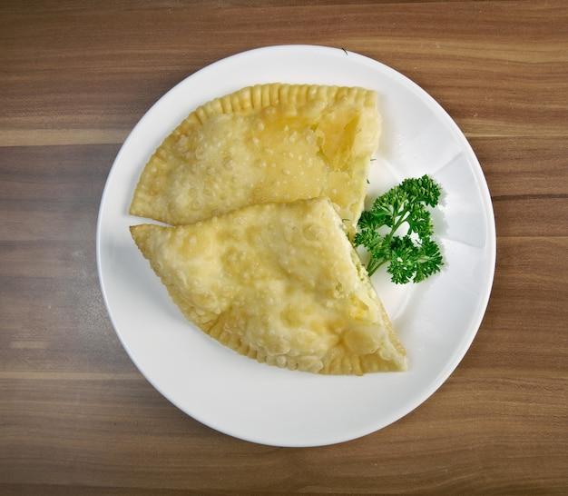 チェブレキとチーズの伝統的な白人料理