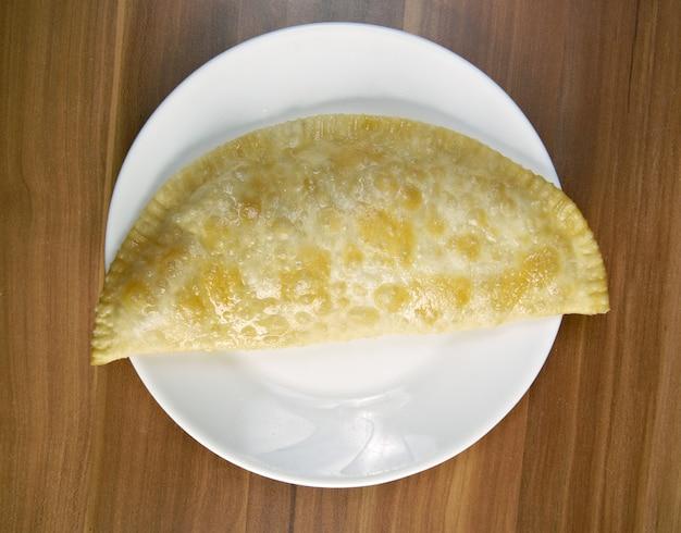 肉入りチェブレキ-伝統的なコーカサス料理。クリミアタタール人とコーカサス人とチュルク人の国民食、人気の南コーカサス、中央アジア、ロシア、ウクライナ、トルコとルーマニア。