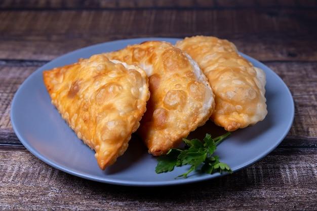 Чебуреки с мясом. плоский пирог во фритюре. традиционное блюдо. крупный план.