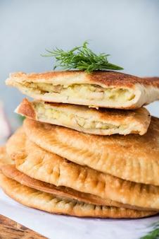 自家製フライドパイ。 chebureks。国立タタールペストリー。