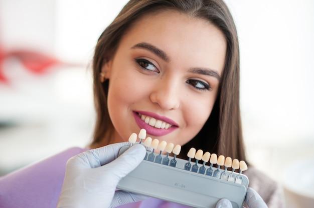 歯の色を確認して選択します。