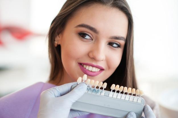Проверьте и выберите цвет зубов.