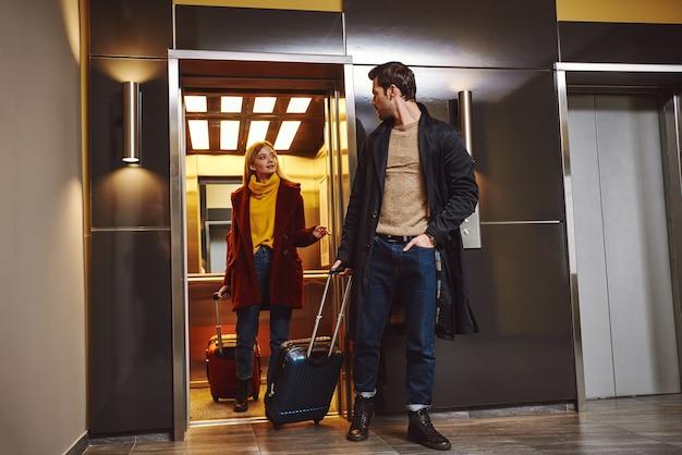 낭만적 인 휴가에 호텔 층에 입장하는 사랑스러운 커플을 체크인하십시오.