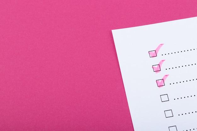 분홍색 배경에 분홍색으로 표시된 점이 있는 체크리스트