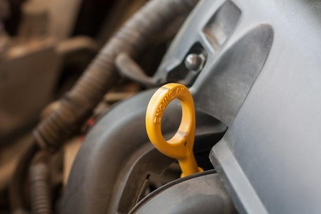 車のエンジンのオイルレベルを確認する