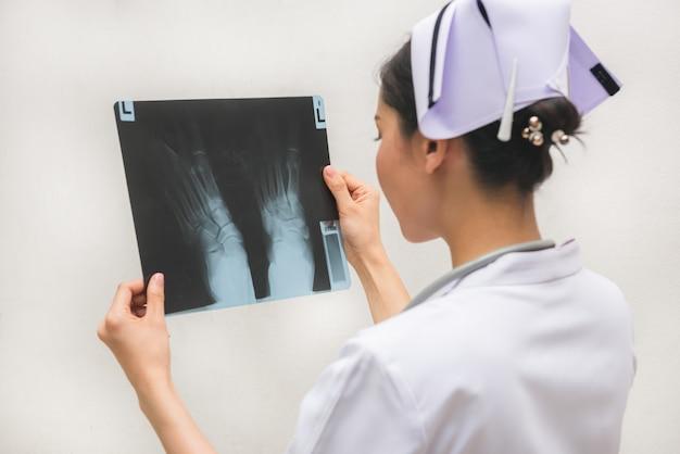 X線画像を確認すると、患者の問題があります。