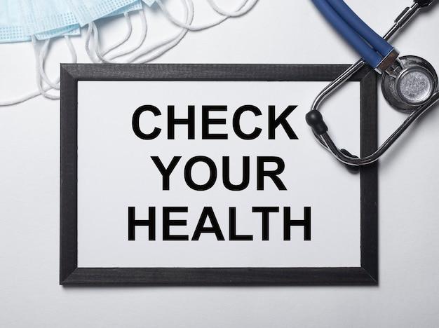 医者の机の紙にあなたの健康の碑文を確認してください