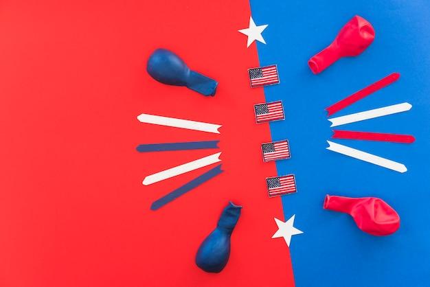 Флажки америки и воздушные шарики на яркой цветной поверхности