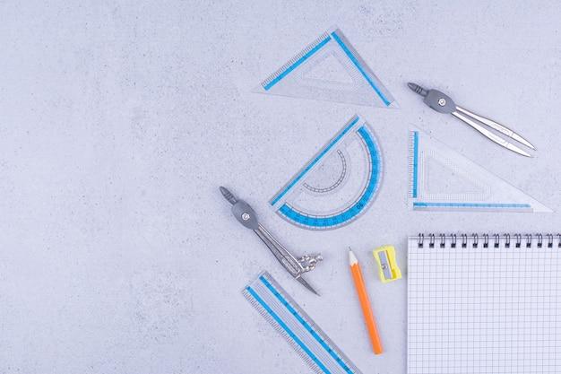 펜과 파란색 통치자와 빈 종이 확인