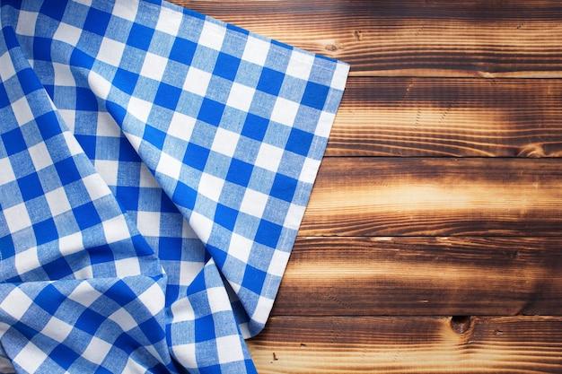 소박한 나무 판자 보드 테이블 배경의 체크 천 냅킨 또는 식탁보, 위쪽 전망