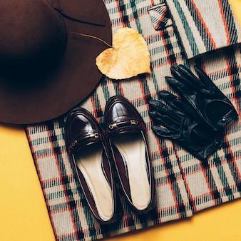 체크 무늬 코트 및 액세서리. 유행 신발과 장갑. 패션 빈티지 스타일