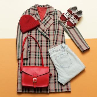 チェッカーコートと赤いアクセサリー。ファッショントレンディなアーバンスタイル