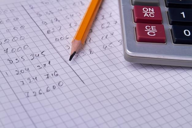 市松模様のコピーブックと鉛筆で書かれた数字。