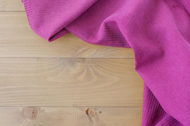 Салфетка в клетку на деревянном фоне, домашний уют