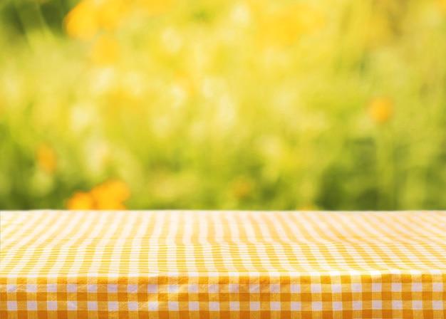 빈 공간이 있는 체크 무늬 테이블 천