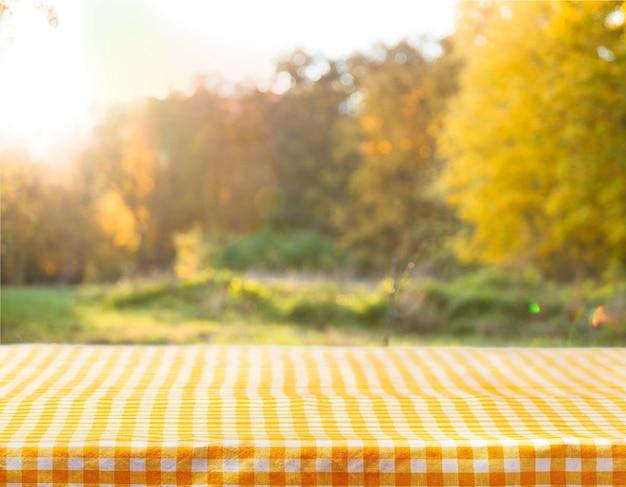 나무 테이블 배경에 체크 무늬 식탁보