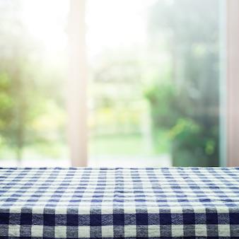 아침에 창 및 정원 배경 흐림에 체크 무늬 식탁보 질감 상단
