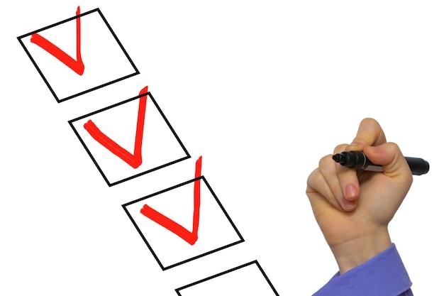 Контрольный список с контрольным знаком, изолированным на белом