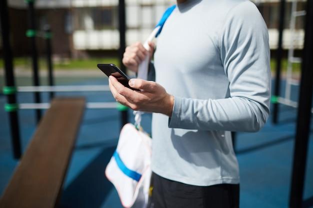 電話でスポーツアプリを確認する