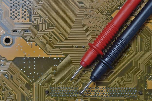 멀티 미터를 사용하여 문제가 있는지 컴퓨터 마더 보드를 확인합니다.