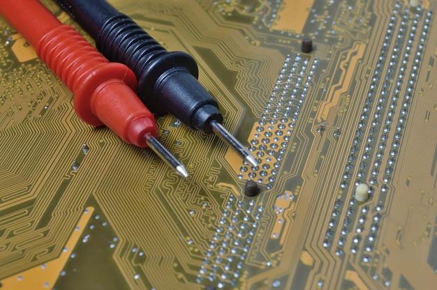 マルチメータを使用して問題がないかコンピュータのマザーボードをチェックします。