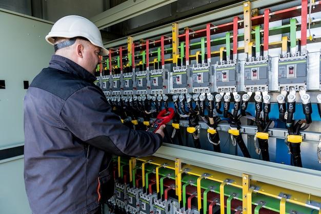 Проверка уровней рабочего напряжения в отсеке распределительного устройства солнечных батарей