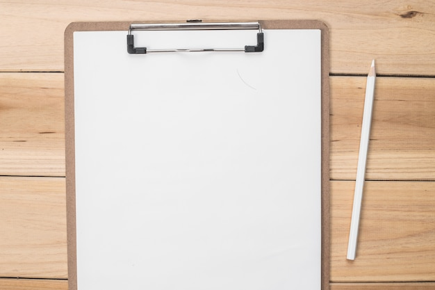 Контрольный список с карандашом
