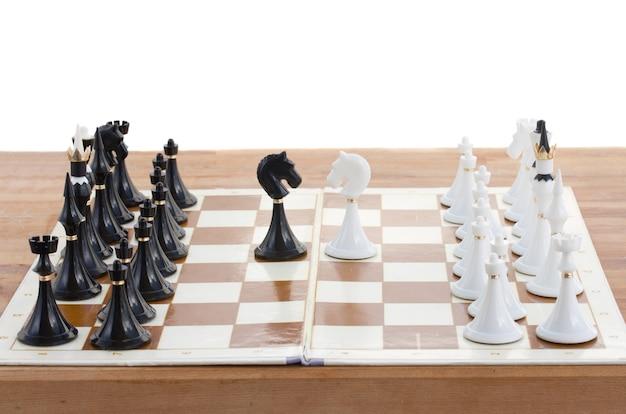 チェックメイトの白い騎士が黒い王を倒すクローズアップ