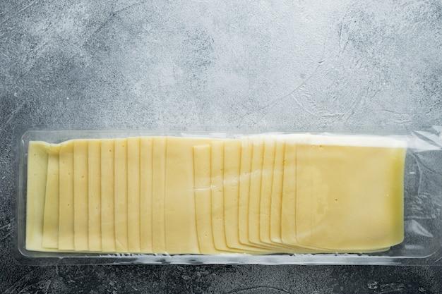 텍스트 복사 공간이 회색 배경에 진공 팩에 체다 치즈