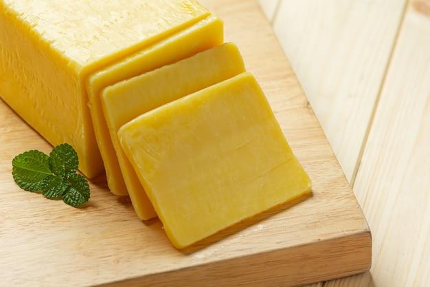 木製の表面にチェダーチーズ