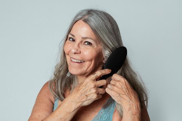 彼女の髪を磨く陽気な年配の女性