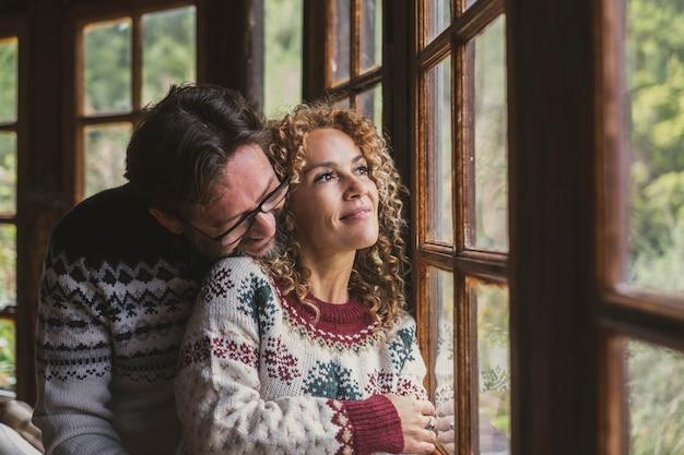 冬に家を楽しむ陽気な大人のカップルのロマンス