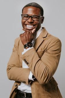Веселый афро-американский бизнесмен
