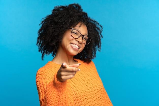 쾌활한 아프리카 계 미국인 소녀 포인트 손가락 웃는 직업 제안 경력 개념을 선택