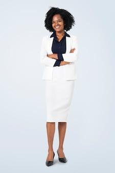 Ritratto completo del corpo di una donna d'affari africana allegra per lavori e campagna di carriera