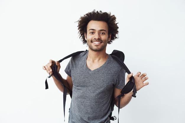 バックパックを笑顔で陽気なアフリカ人。